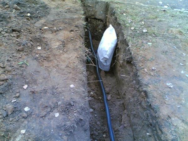 Уложенный в землю бронированный силовой кабель