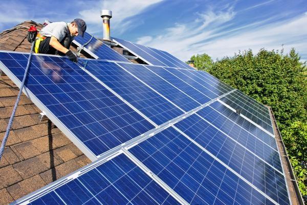 Монтаж солнечных панелей на крыше жилого дома
