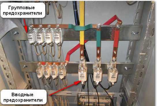 На фотографии показан узел подключения внешних кабелей и