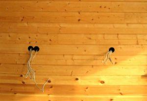 Электрокабель в стене