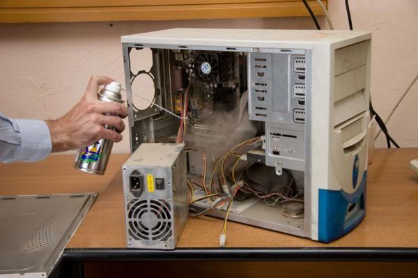 Первым делом нужно очистить внутренности компьютера от пыли
