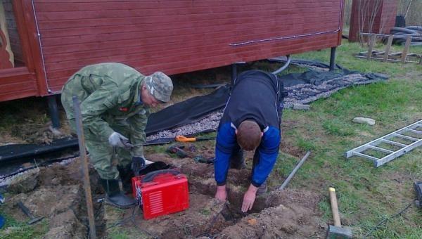 Выкапываем яму под заземляющее устройство