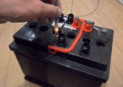 Какой уровень электролита должен быть в_аккумуляторе